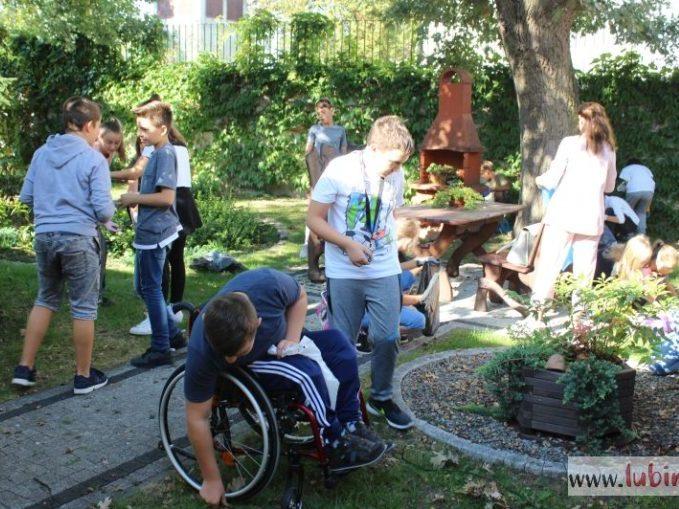 Uczniowie Szkoły Podstawowej nr 1 z Oddziałami Integracyjnymi pomagali w lubińskim hospicjum.