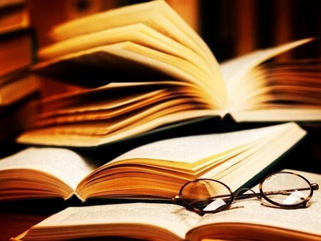 Otwarte książki i okulary