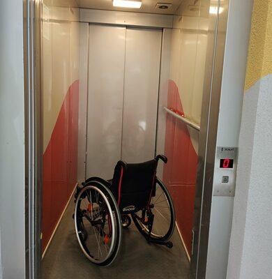 Budynek szkoły jest w pełni dostosowany do potrzeb osób z niepełnosprawnością