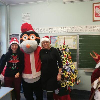 Mikołaj rozdaje prezenty w klasie