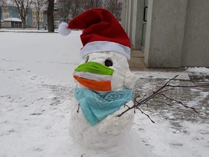 Bałwan ze śniegu ulepiony przed szkołą