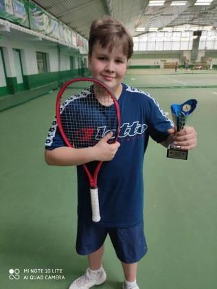 Szymon Adamczyk z klasy 6b, rozwija swoją tenisową pasję i zdobywa czołowe miejsca w turniejach
