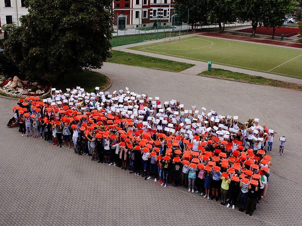 Z okazji celebrowania 100-lecia odzyskania przez Polskę niepodległości uczniowie wraz z nauczycielami stworzyli żywą flagę